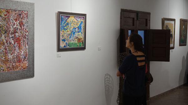 Eva Barrilado observa la obra de Alejandro Baños