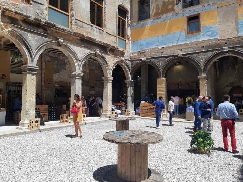 Firmas de calzado y complementos exponen sus creaciones en el claustro de los Jesuitas de Caravaca
