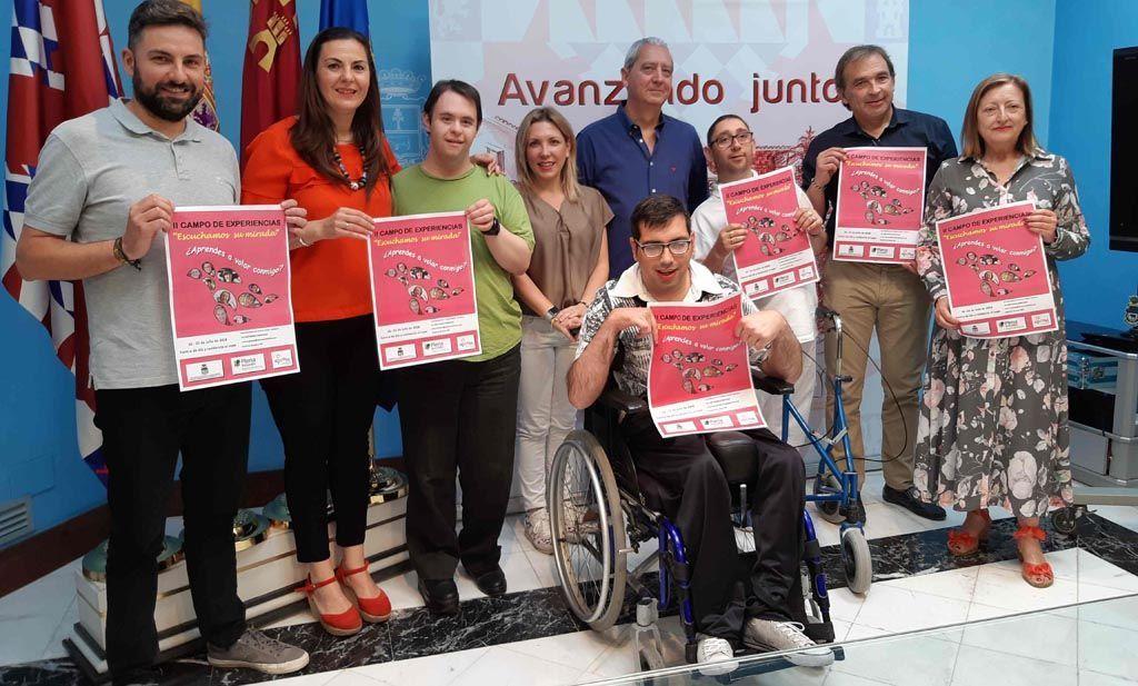 El Campo de Experiencias 'Escuchamos su mirada' mostrará a 15 voluntarios la labor de APCOM con las personas con discapacidad