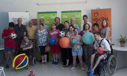 Caja Rural Central entrega a Apcom material deportivo obtenido gracias a la Bicicleta Solidaria