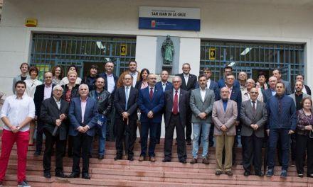 El IES 'San Juan de la Cruz' clausura su 50 aniversario con la colocación de una placa conmemorativa en la fachada del centro