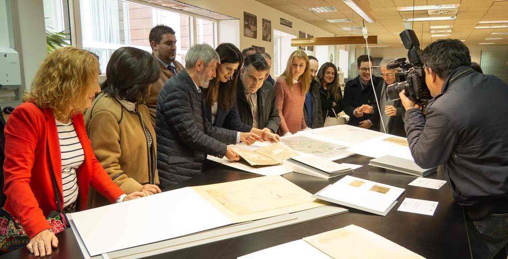 El Ayuntamiento de Caravaca recibe, tras su restauración, el documento histórico de la 'Confirmación de privilegios a la villa por los Reyes Católicos'