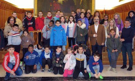 El colegio San Francisco visita el Ayuntamiento para conocer sus servicios y departamentos