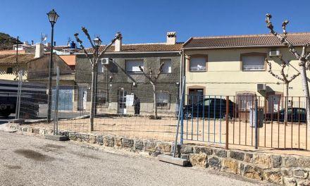 La Concejalía de Parques y Jardines inicia la renovación de una zona infantil en Canara
