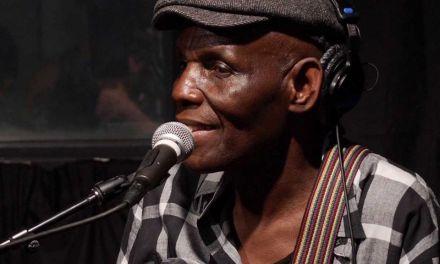 Adiós a la ronca, cadenciosa y suave voz del creativo Oliver Mtukudzi, leyenda del afro-jazz