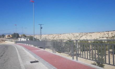 Instalan una barandilla en Albudeite en un tramo del nuevo paseo de la RM-B13