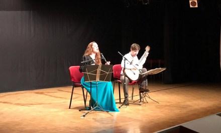 Alumnos y alumnas de la ESO asisten a un recital de poesía y música con motivo del Día del Libro