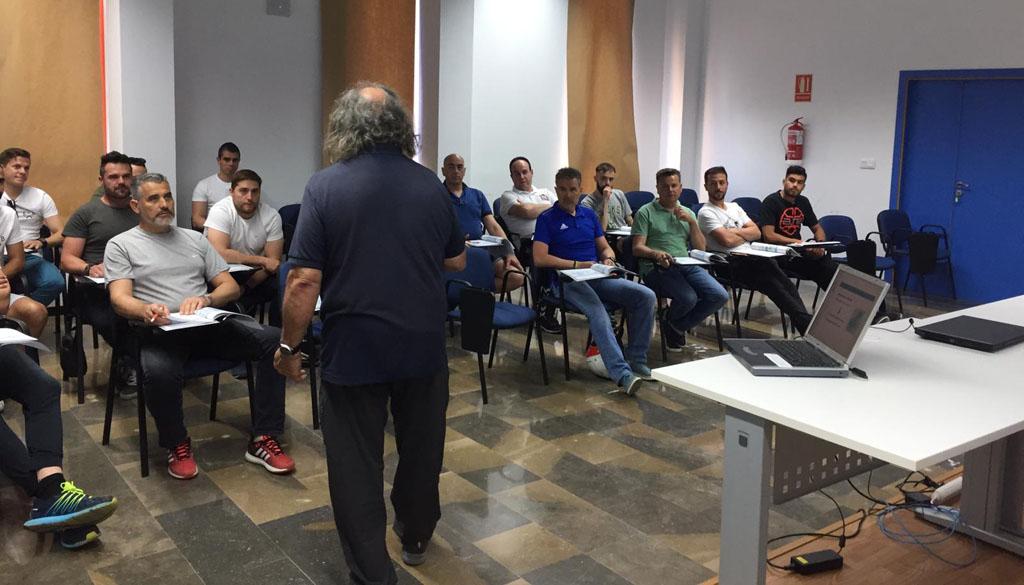 Agentes de la Policía Local y miembros del Cehegín Deportivo y el CB Begastri aprenden a utilizar el desfibrilador