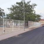 Instalan el vallado en las nuevas instalaciones de padel y skate de Campos del Río
