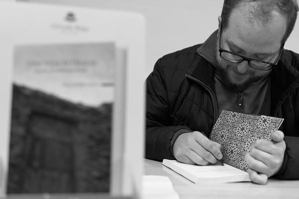 Firmando en Inazares ejemplares de su obra