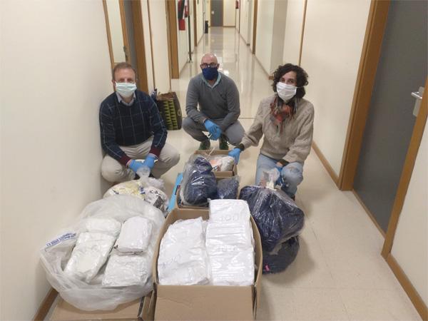 Miembros del equipo de esterilización de mascarillas