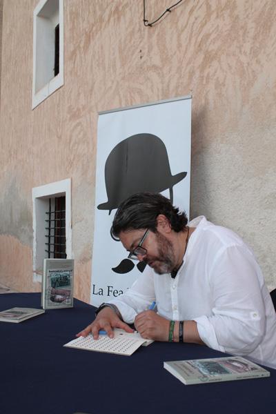 Miguel Sánchez firma ejemplares de Charnego
