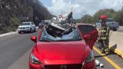 Vehículo impactado por una gigantesca roca en la autopista Colima-Manzanillo   Foto: Especial