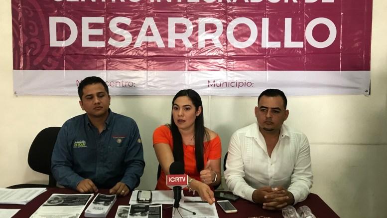 Un grupo de pescadores reclamó a la delegada de programas sociales, Indira Vizcaíno, que inspectores de la Conapesca les están decomisando sus artes de pesca | Foto: El noticiero