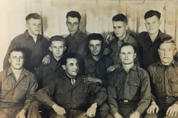 Hieronim Grębowicz po wyzwoleniu przez armię amerykańską, na zdjęciu zaznaczony jest krzyżykiem w prawym górnym rogu