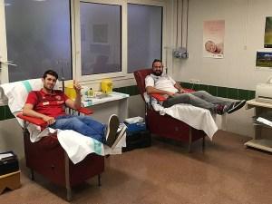 El jugador Carmona y el técnico de la cantera Néstor Oliva en el Hospital San Jorge / Foto: BM Huesca