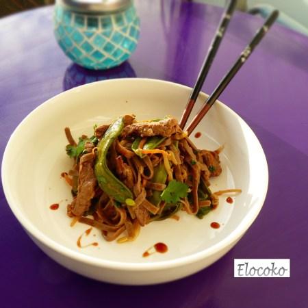 nouilles soba sautées aux légumes et au boeuf