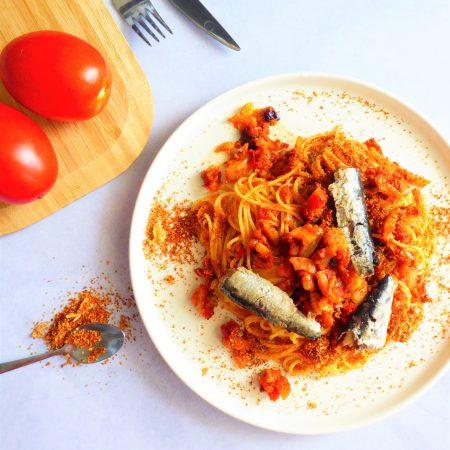 spaghettis à la tomate, fenouil et sardines, panure gourmande