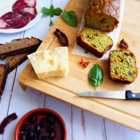 cake de l'été pesto, tomates séchées et olives noires