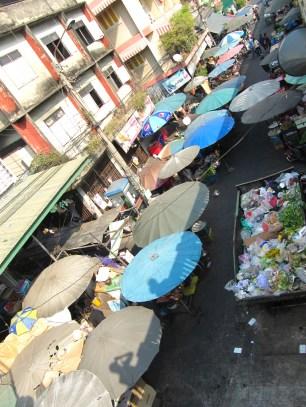 Petit marché au coin d'une rue