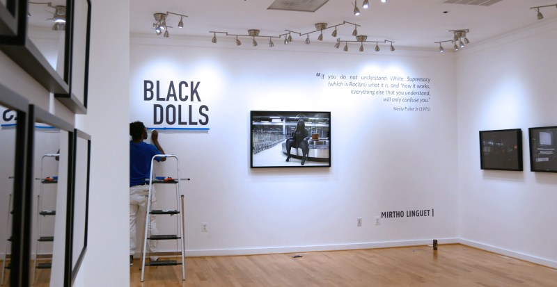 Installation de l'exposition Black Dolls Project