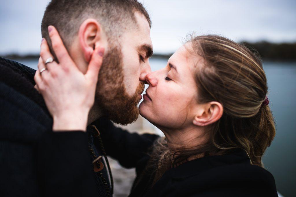 Couple en gros plan qui s'embrassent à Lorient. Photographie
