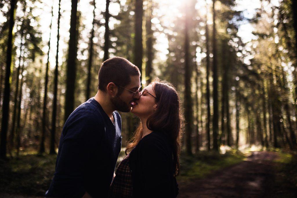 couple en forêt qui s'embrasse à Lorient. Photographie.