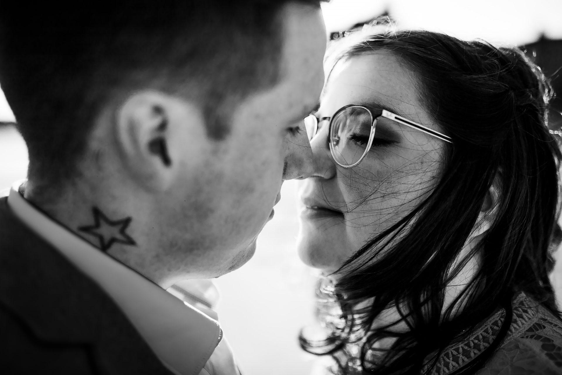 couple de futurs mariés en gros plan en noir et blanc près de Lorient.