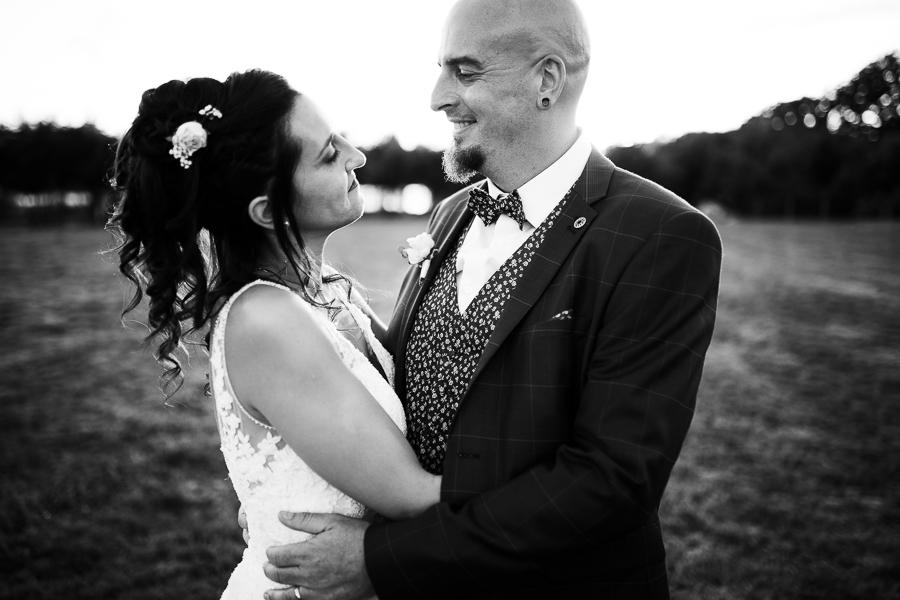 Photographie d'un couple de mariés qui se regardent.