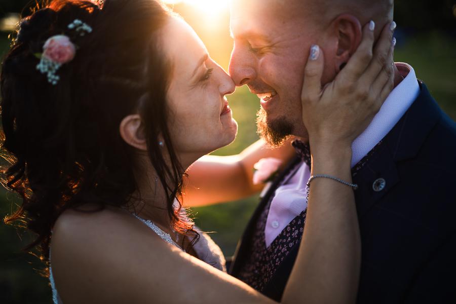 Photographie d'un couple de mariés nez contre nez.