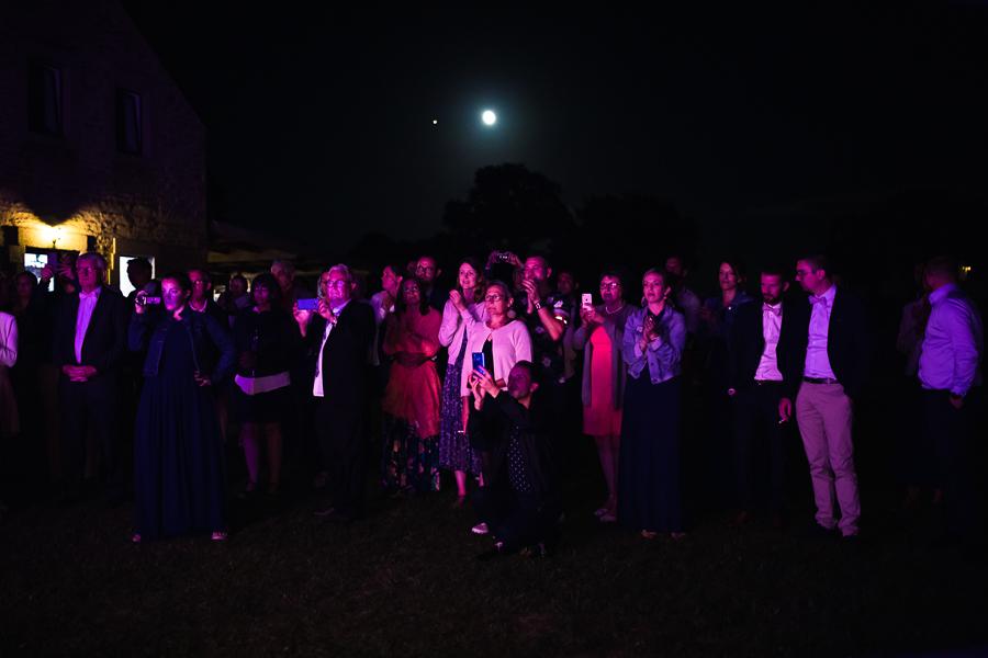 Photographie d'invités de mariage dans la nuit.