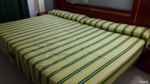 L'intérieur de la chambre : le lit est big big size ! Au moins si vous y allez en couple et que vous vous engueulez, vous avez de la place pour dormir séparément. La chambre est équipée d'une terrasse avec table, chaises et étendoir à linges...