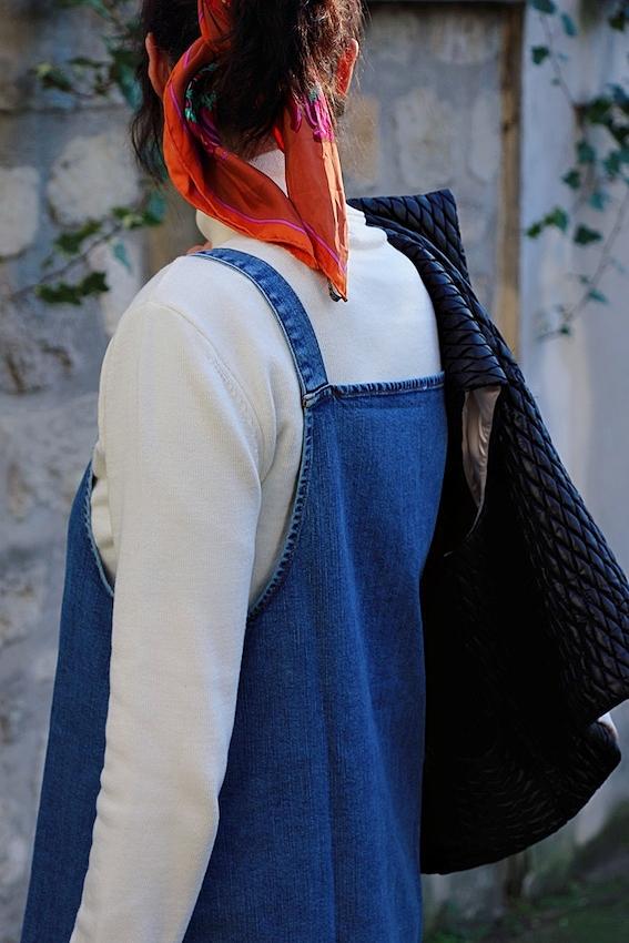 Look mode éthique écologique KLOW Ondinema hiver mi-saison robe salopette en jean pull col roulé blanc #mode #modeéthique #sustainablefashion #jeans #frenchstyle
