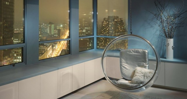 Exclusive penthouse with blue window frames to merge with natural outside sky view (4)