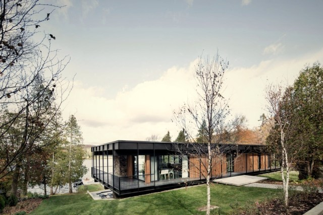Flat roof house built in slooping land showing beautiful combination of nature and elegant architeture concept Le Phénix