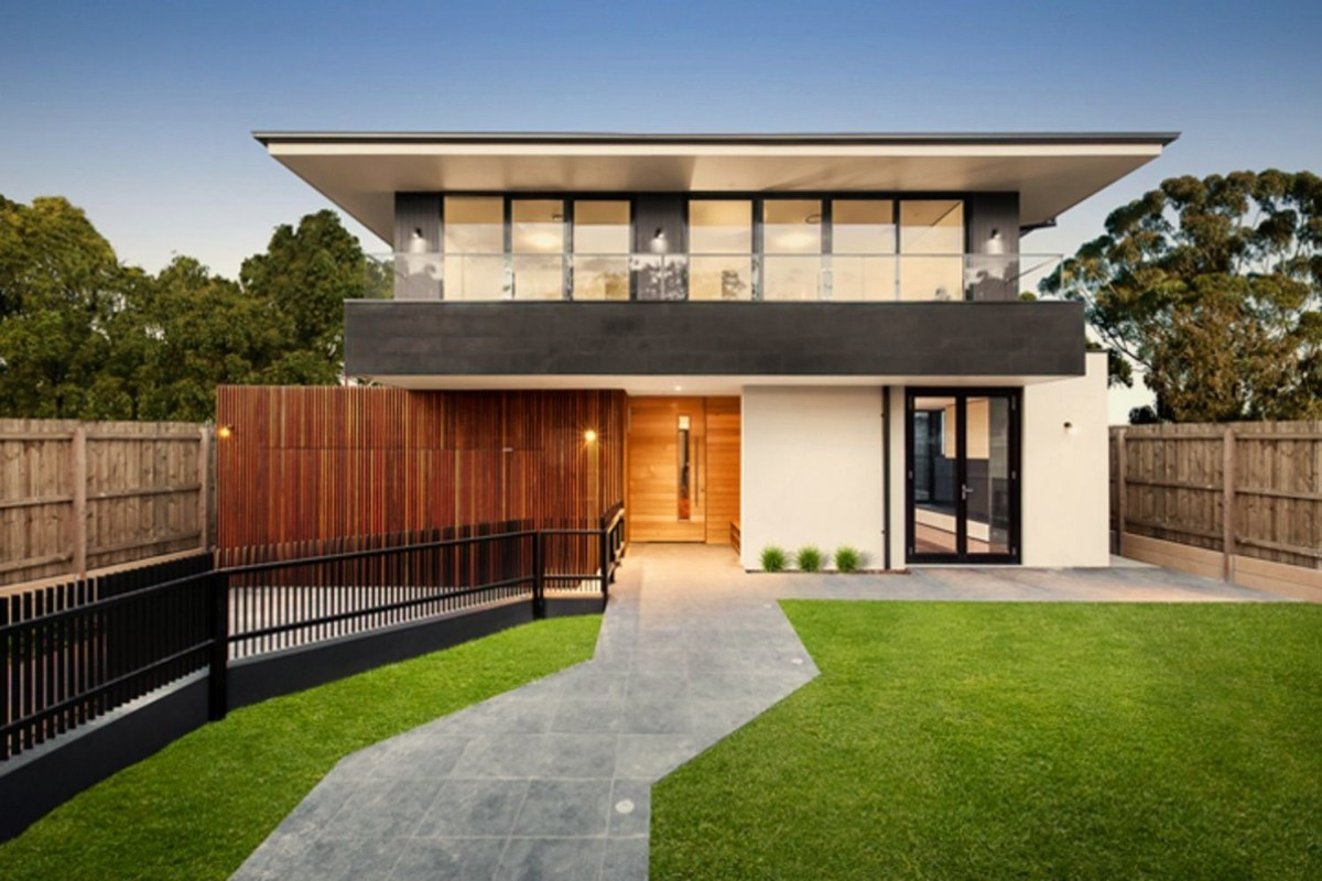 Tropical home style that combines rich wood color and refreshing landscape Jindabyne Ave House