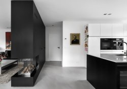 Black white interior style with simple yet modern furniture and accessories Living Hillegersberg (3)