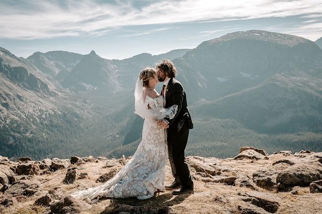 Courtney55-Lynn-colorado-adventure-elopement-packages-destination-wedding-photographer-estes-park-elope-kiss-view