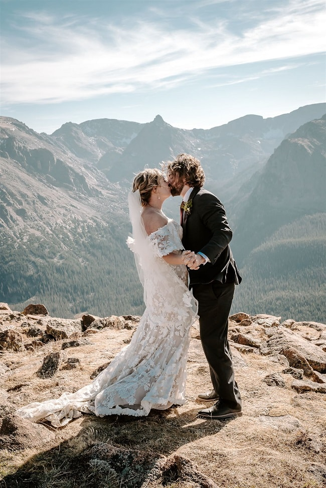 Courtney56-Lynn-colorado-adventure-elopement-packages-destination-wedding-photographer-estes-park-elope-kisses