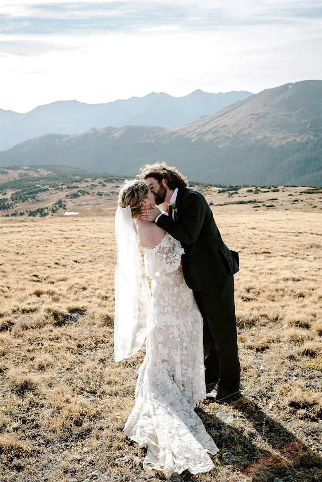 Courtney79-Lynn-colorado-adventure-elopement-packages-destination-wedding-photographer-estes-park-elope-kiss