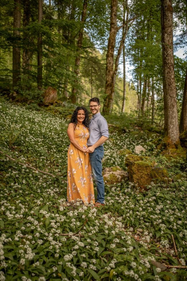 wild-embrace15-elopement-packages-destination-wedding-photographer-austria-elope-europe-wildflowers-spring-engagment-vorarlberg (Portrait)