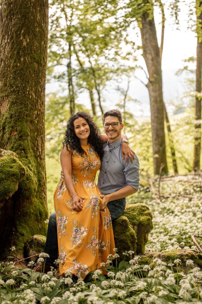 wild-embrace18-elopement-packages-destination-wedding-photographer-austria-elope-europe-wildflowers-spring-engagment-vorarlberg (Portrait)