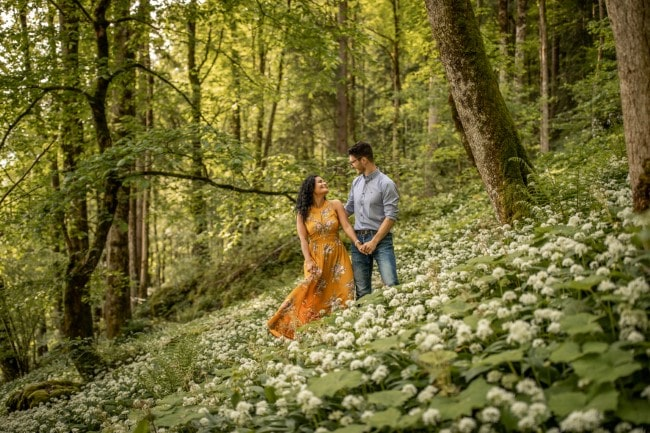 wild-embrace36-elopement-packages-destination-wedding-photographer-austria-elope-europe-wildflowers-spring-engagment-vorarlberg (Blog)_1