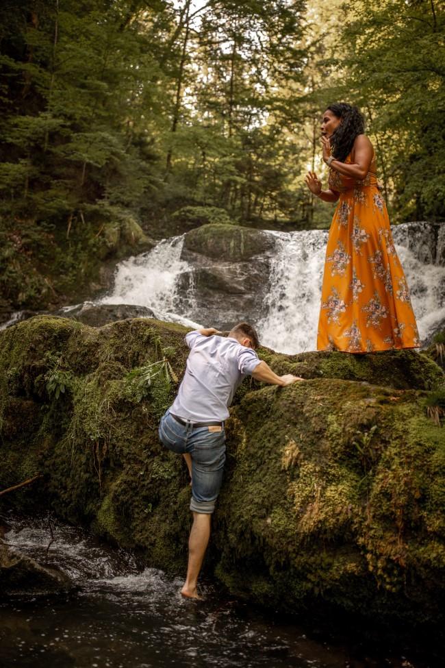 wild-embrace50-elopement-packages-destination-wedding-photographer-austria-elope-europe-wildflowers-spring-engagment-vorarlberg (Portrait)