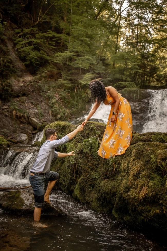 wild-embrace51-elopement-packages-destination-wedding-photographer-austria-elope-europe-wildflowers-spring-engagment-vorarlberg (Portrait)