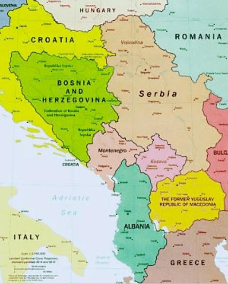 Macedonia se localiza en la zona sur de los Balcanes Occidentales, compartiendo frontera con Albania, Grecia, Kosovo y Serbia.