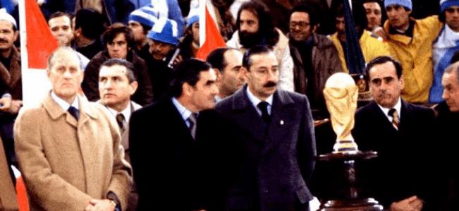 En la fotografía se ve a Joao Havelange, a la izquierda de la imagen, y a Jorge Videla, en el centro, justa antes de entregar la Copa del Mundo a la selección argentina.