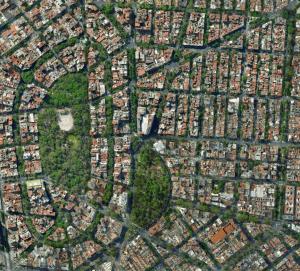 Avenidas anchas y calles ajardinadas, con espacios verdes, en la zona de Condesa y San Miguel Chapultepec.