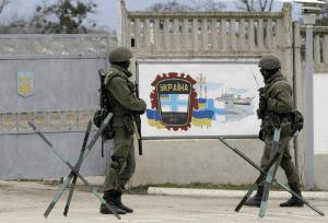 Tropas rusas frente a una base de la armada ucraniana en Crimea