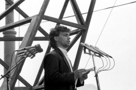 Viktor Orbán durante su discurso en junio de 1989 (Fuente: hungarianspectrum.org)